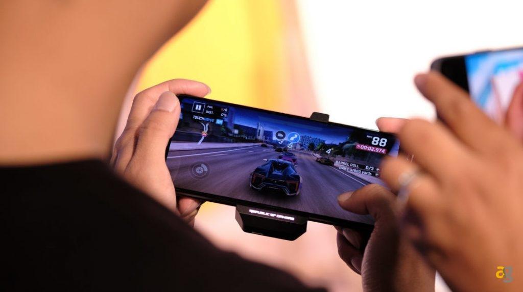 Asus-ROG-Phone-2-gaming-on-gamepad-1280×720